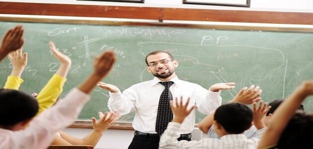 حوار بين شخصين عن يوم المعلم قصير